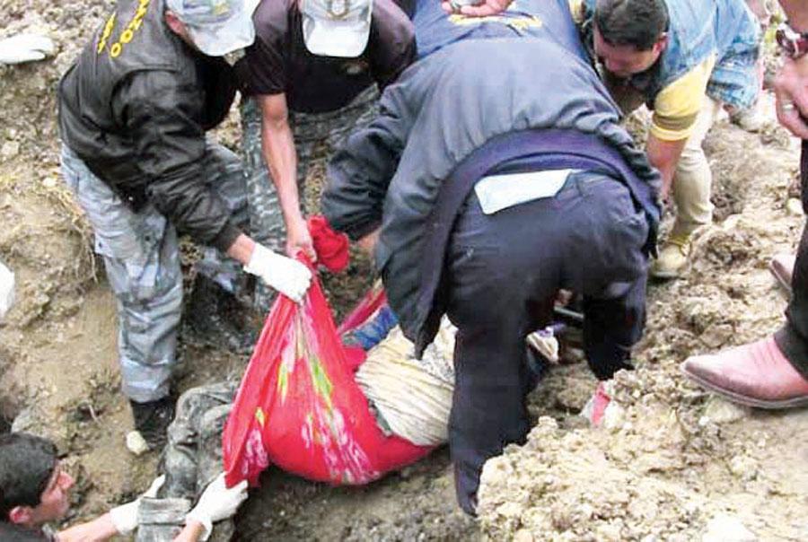 Familia muere sepultada por huaico