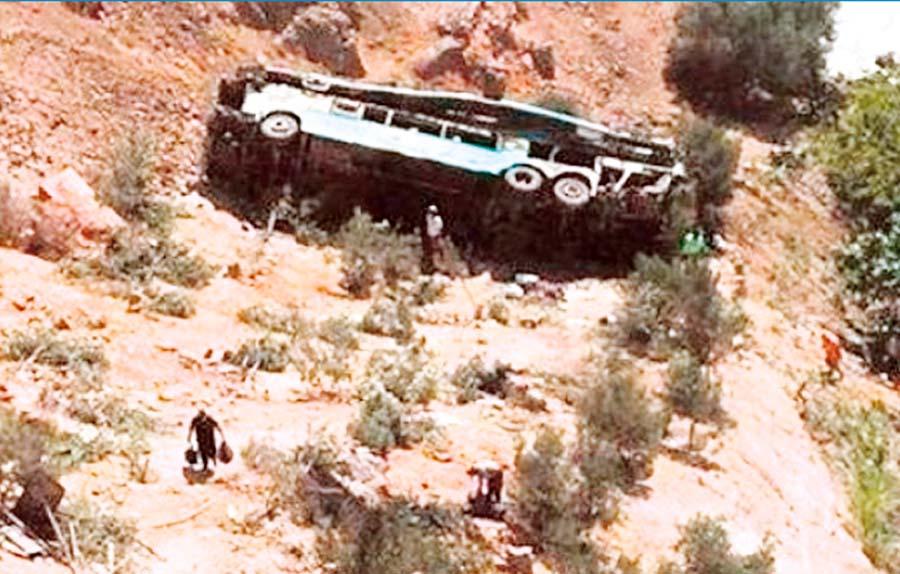 10 pasajeros mueren al caer bus a precipicio