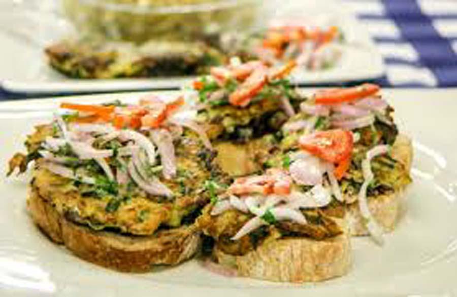 Torrejas de anchoveta y pota con pesque de quinua