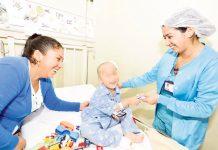 Médicos salvan dedos de niño atropellado por profesora
