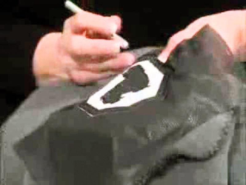retirar un bordado de una camisa