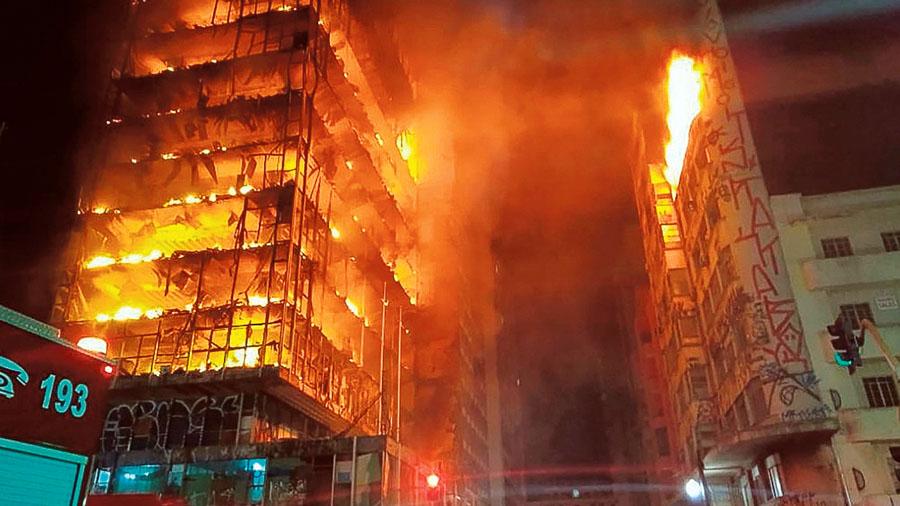 Edificio de refugiados colapsa tras incendio