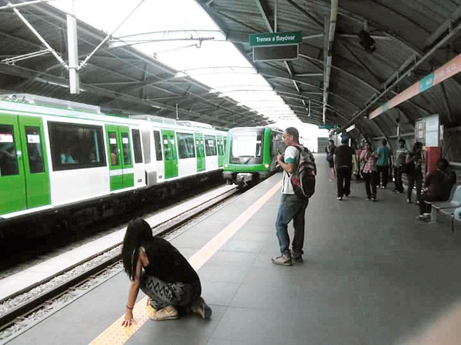 Venezolano se lanza a rieles del Metro de Lima