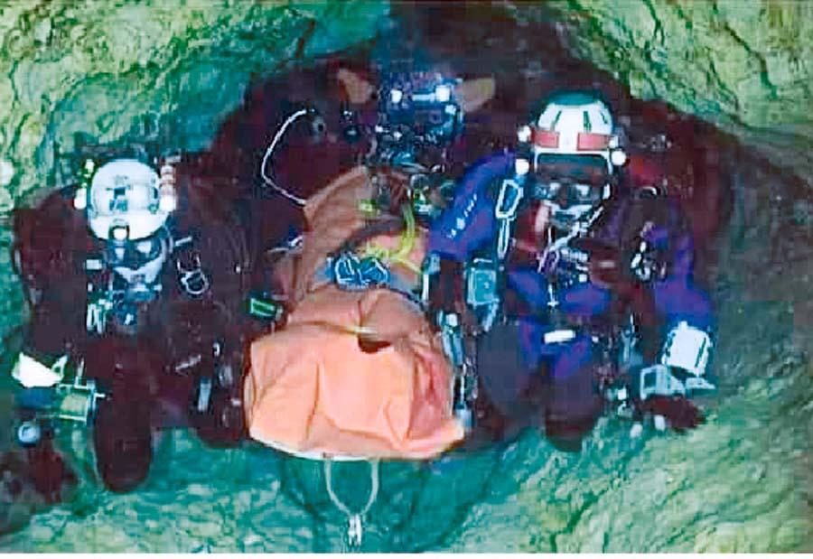 Rescatan a cuatro menores de cueva en Tailandia