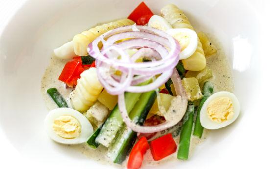 Ensalada con salsa de anchoveta