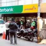 Ladrones caen en pleno asalto a banco