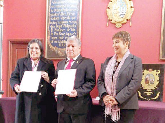 Jefa del SIS, Doris Lituma Aguirre y el rector de la UNMSM, Orestes Cachay Boza