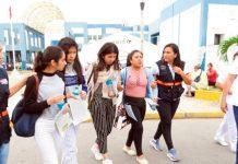 Llegan escolares varados por protestas en Ecuador