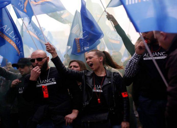 Policías protestan por ola suicidios