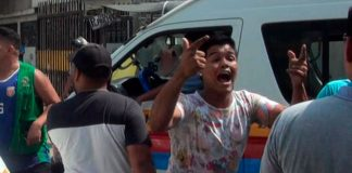 Mototaxistas venezolanos rompen la cabeza a policía