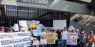 Personal de salud protestando.