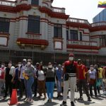 Venezolanos en la embajada.