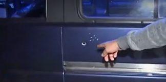 Impactos de bala en la minivan.