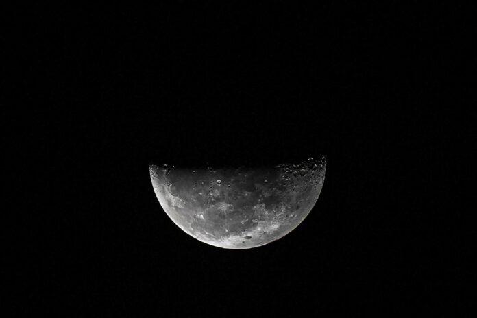Hallan agua en la Luna y bolsas que pueden albergarla