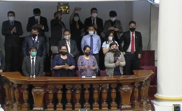 Familia de jóvenes fallecidos en ceremonia de juramentación
