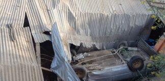 Vehículo conducido por borracho aplastó casa y mató a joven