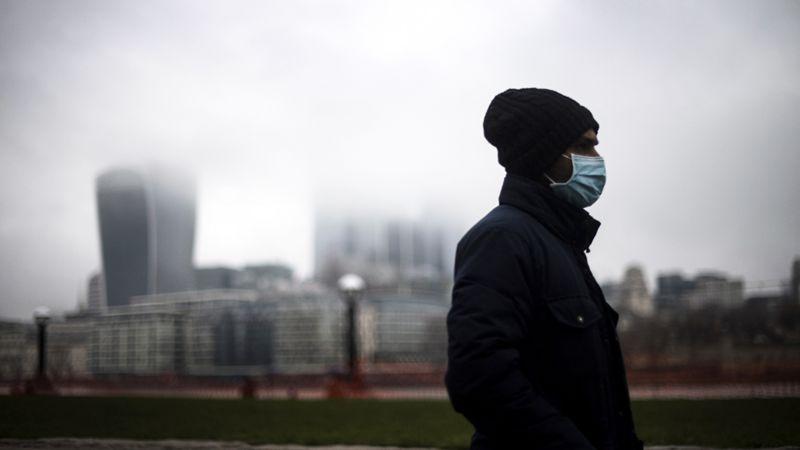 ¿Cuán factible es contraer el coronavirus en sitios al aire libre?
