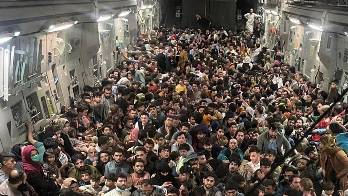 Afganos arriesgan sus vidas por escapar de los talibanes
