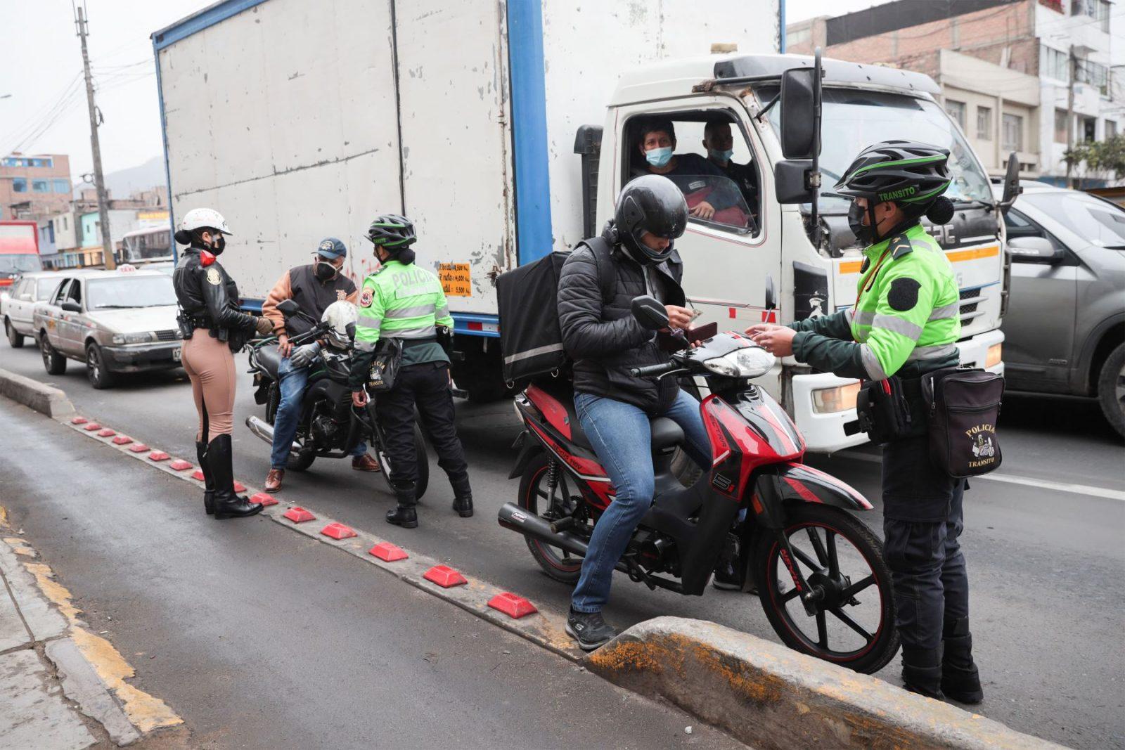 La Policía multó a más de 40 motociclistas por invadir ciclovía