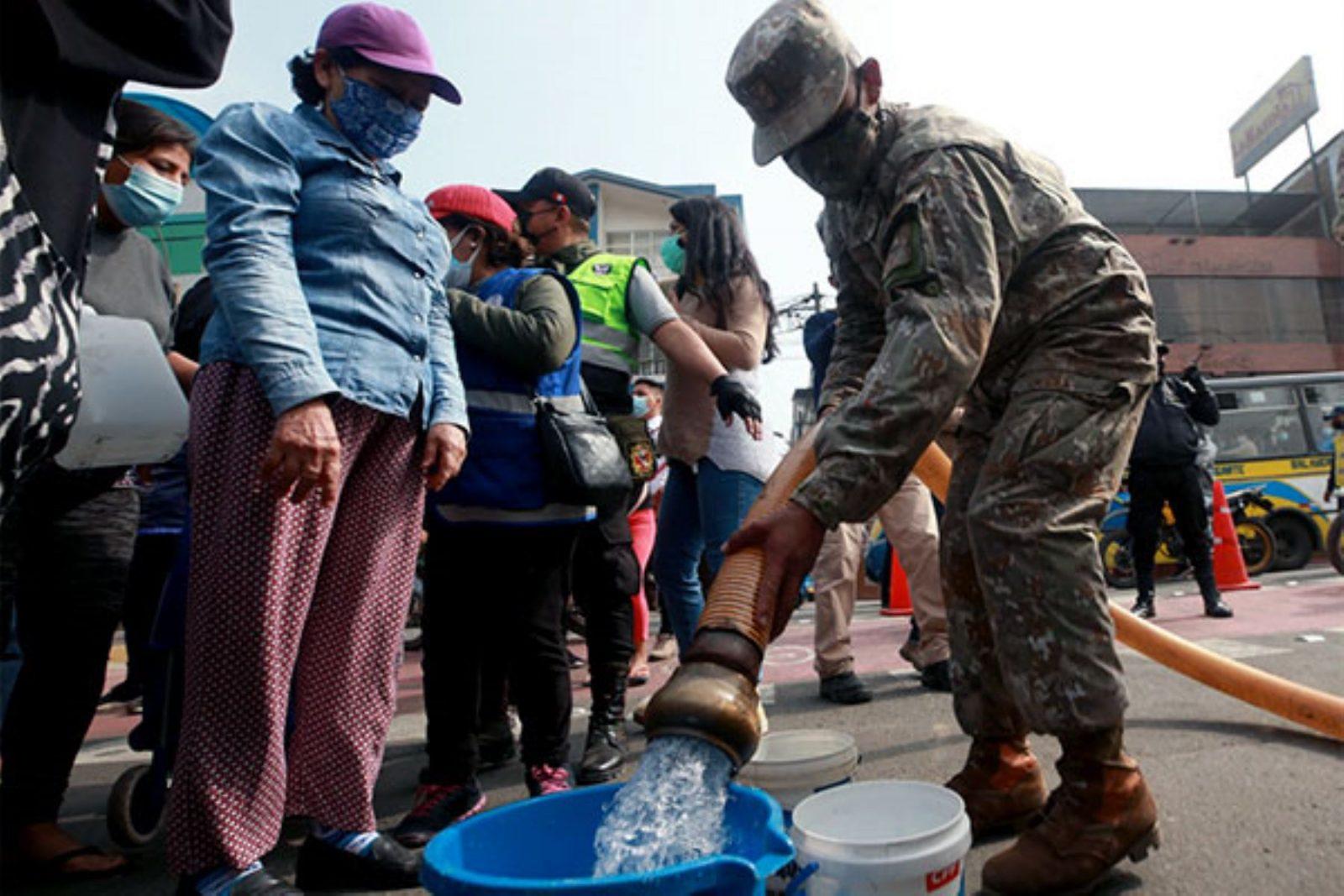 Ejército y la policía distribuyen agua a vecinos de SJL