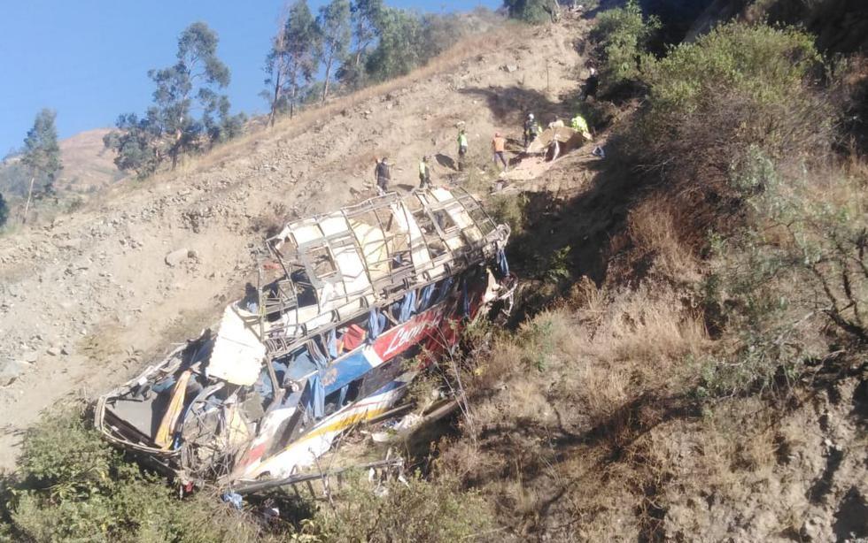 Bus cae a un abismo y deja al menos 29 muertos
