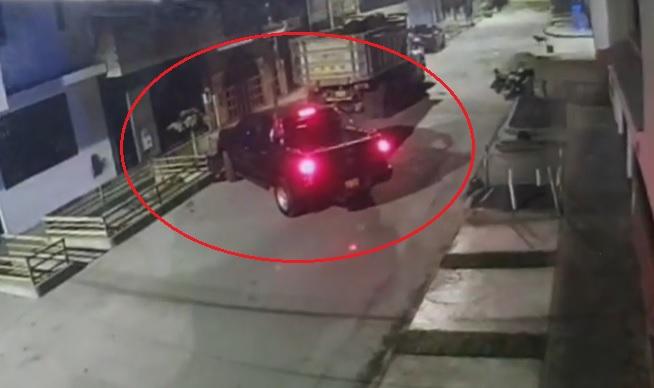 Ladrón armado dejó camioneta por no saber conducirla