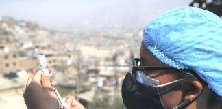Vacunan casa por casa a mayores de 18 años en Ate