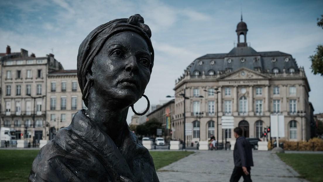 Una estatua de una esclava negra fue pintada de blanco