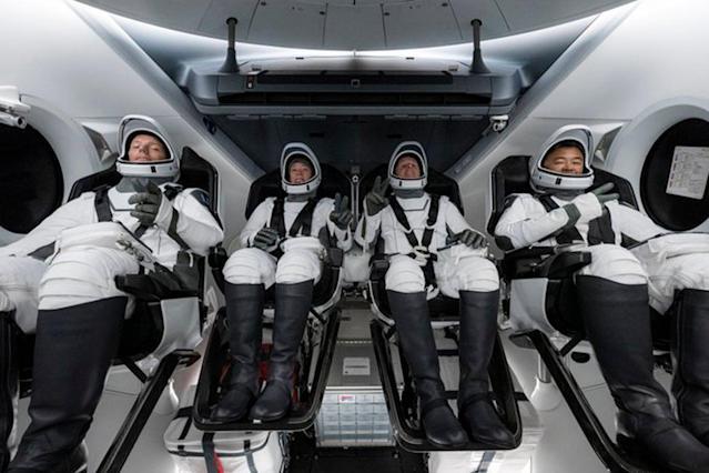 Elon Musk envía a 4 personas al espacio.