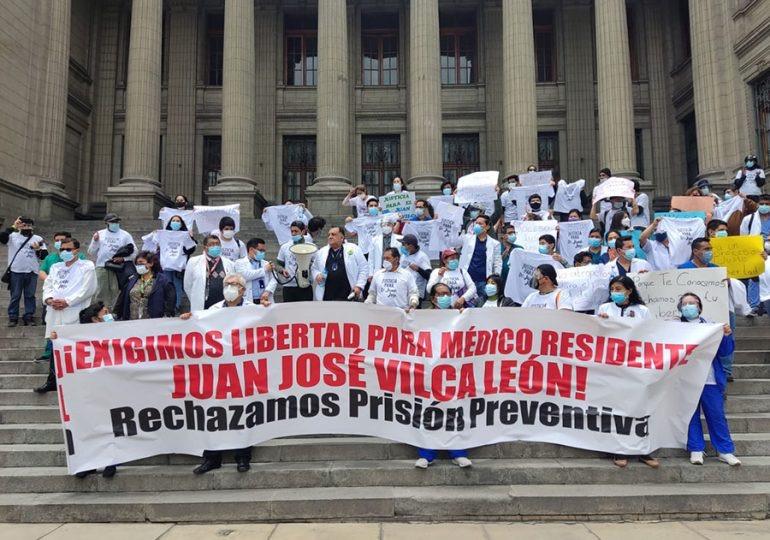 Médicos exigen libertad de colega acusado de tocamientos indebidos
